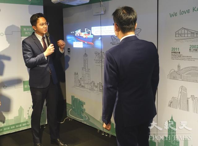 經發局長廖泰翔局長運用互動投影牆做簡報。