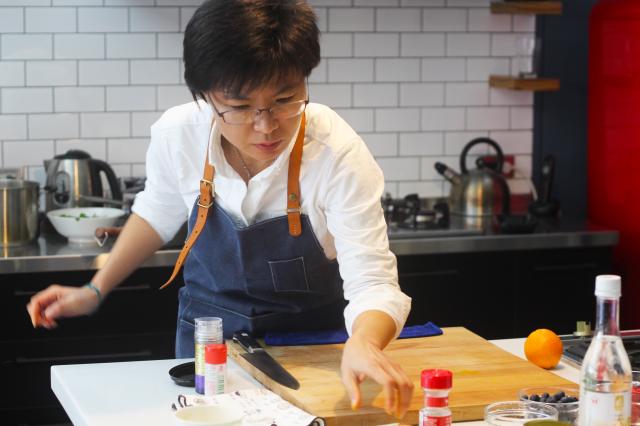 聯新營養總營養師呂美寶示範料理彩虹優格。(記者徐乃義/攝影)