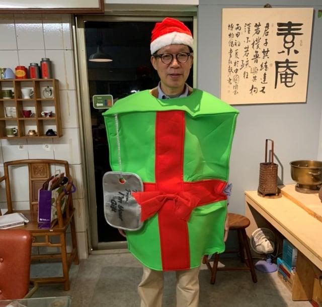 東海商圈邀變裝秀競賽,商圈主委郭達鴻設計聖誕老人裝供參。(東海藝術商圈提供)