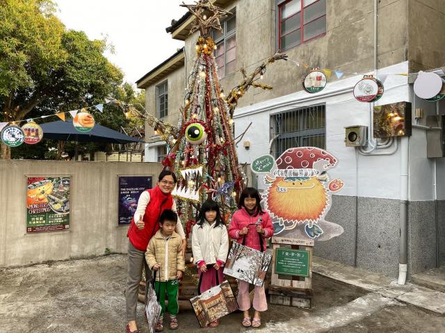 光復新村店家打造聖誕樹供打卡。