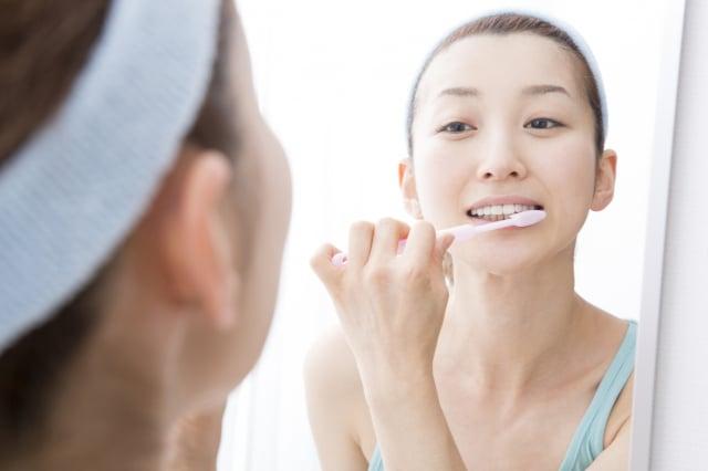 刷牙時必須涵蓋一點牙齦才能把牙齒清乾淨,所以最重要的是能刷進牙齦溝內一點點,這對牙周健康的維護才會有比較大的幫助。(123RF)