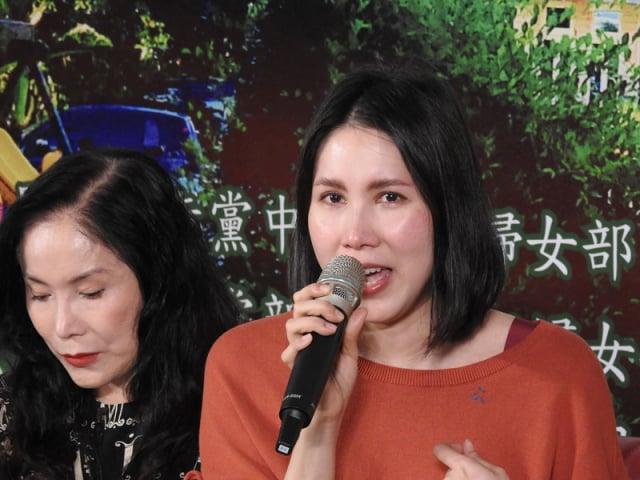 余苑綺(右)分享抗癌心路歷程。 (中央社)