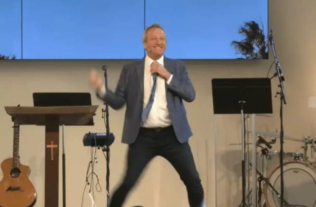 加州千橡市牧師麥考伊為與教民見面,不得不把教堂註冊為脫衣舞俱樂部。(擷自Codspeak Calvary Chapel教堂YouTube影片)