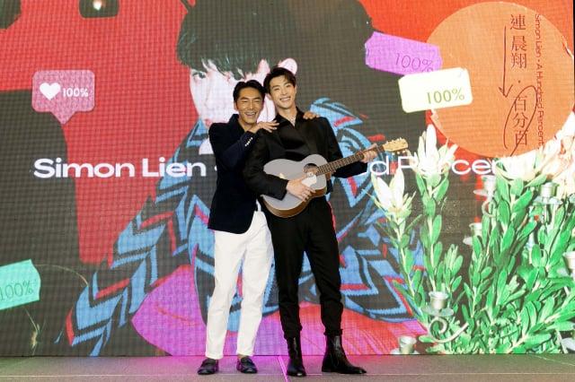 (左起)李李仁為連晨翔站台送吉他。(華納唱片提供)