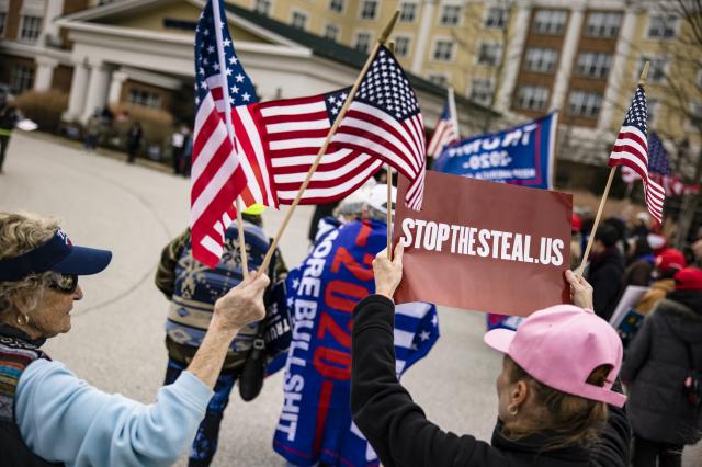 2020年11月25日,美國賓夕法尼亞州蓋茲堡(Gettysburg),美國總統川普的私人律師朱利安尼出席選舉聽證會前,川普支持者在溫德姆葛底斯堡酒店外聚集。(Samuel Corum/Getty Images)