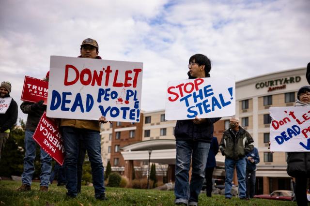 11月25日,賓州參議院舉行大選舞弊聽證會時,場外的川普支持者。(Samuel Corum/Getty Images)