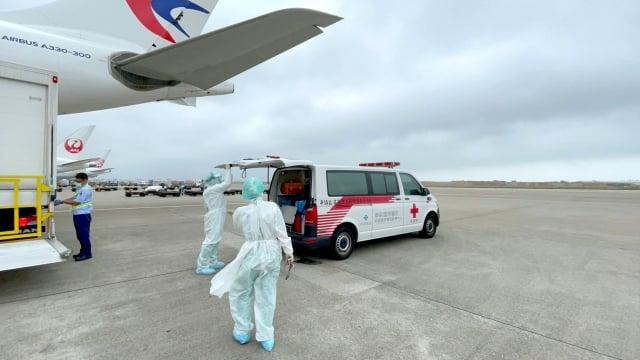 聯新桃園國際機場醫療中心接力以防疫救護車護送至聯新國際醫院。