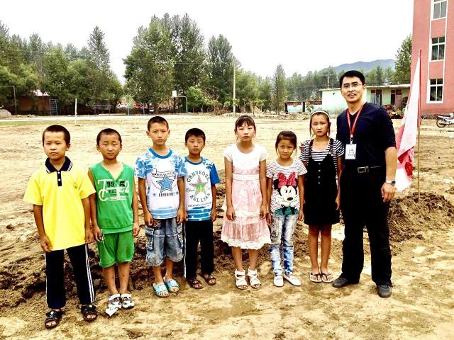 法輪功學員于溟在中國作為成功企業家,捐助災區學校。(于溟提供)