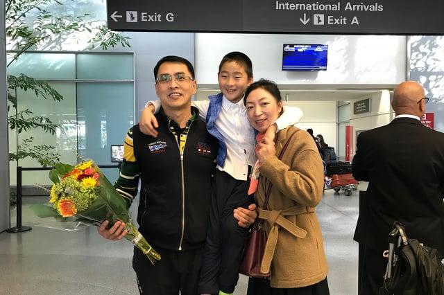 被關押近12年的法輪功學員于溟,2019年1月27日,輾轉從泰國飛抵舊金山。他的妻子馬麗和兒子正正,以及在舊金山的朋友前往機場迎接。(攝影/林驍然)