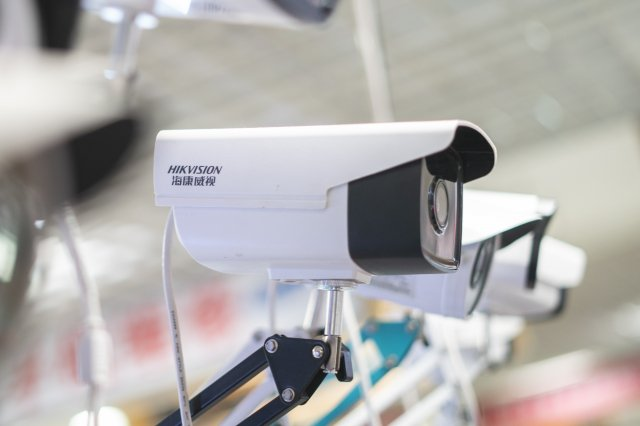 專家表示,絕不能輕忽影像被盜取所造成的危害,不僅會造成機密外流,甚至還能把拍攝影像中的特定人物抹除。(FRED DUFOUR/AFP via Getty Images)