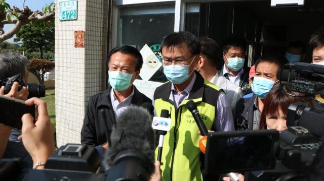 農委會主委陳吉仲在嘉義縣鹿草工作站門口接受媒體聯訪。(記者李擷瓔/攝影)