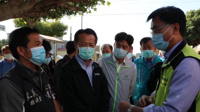 縣議員與農委會主委陳吉仲作溝通。