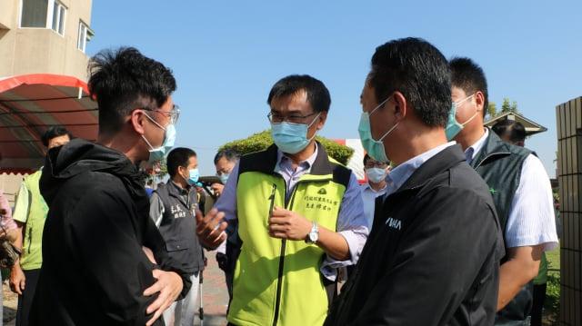 農委會主委陳吉仲關心大家的想法,頻頻與有意見者溝通。