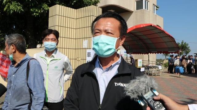 嘉義縣長翁章梁在鹿草工作站大門接受媒體聯訪。