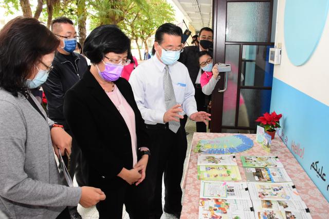 彰化縣長王惠美(中)參觀家庭教育課程攤位。