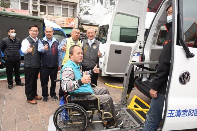 玉清宮財團國際身障日捐贈2輛復康巴士。(苗縣府提供)