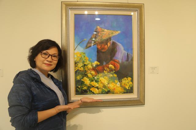 歐萃瑩油畫作品《採花阿婆》,透過色彩捕捉人的內心世界。