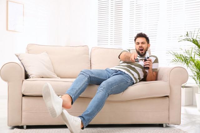 避免久坐不動,隨時動一動並循序漸進增加強度,最好能提早養成運動習慣,每天至少運動20~30分鐘,讓身體和大腦都能突破年齡限制。(123RF)
