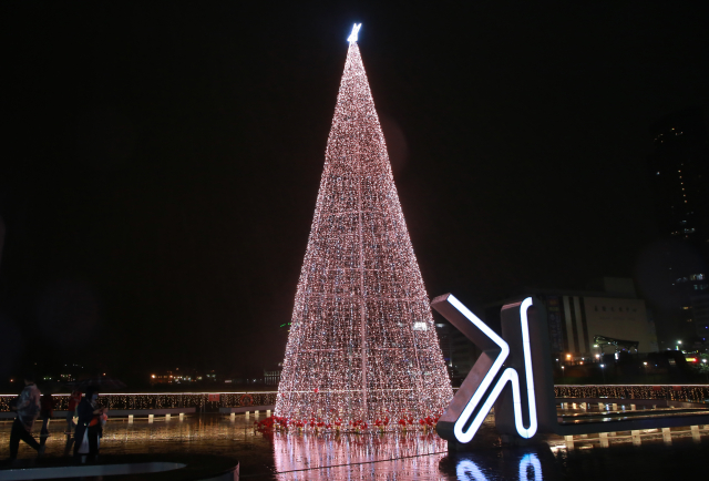 矗立海洋廣場17公尺環保LED聖誕樹。(基隆市政府提供)