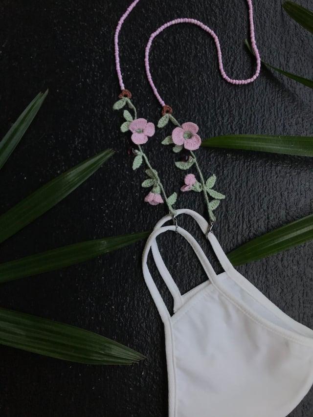 PS.By Hand. 編織花朵口罩鏈。(設計購物網站Pinkoi提供)