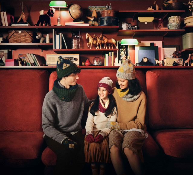 UNIQLO and JW ANDERSON節日時尚配件系列,推出以英國度假小屋為靈感的保暖小物。(UNIQLO提供)