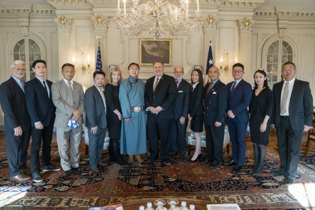 美國國務卿蓬佩奧(中)日前在國務院與多個遭受中共嚴重迫害的團體代表會面。(林曉旭提供)