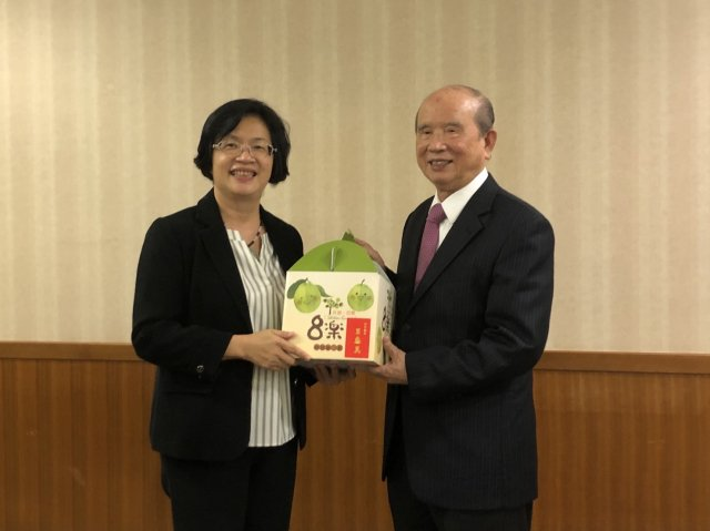 王惠美與林義守交換禮物。