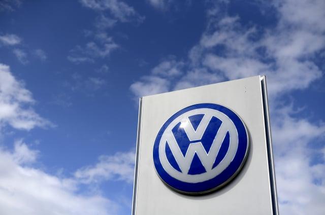 因缺少晶片,大眾在中國的合資汽車廠停產。圖為大眾汽車車標。(Ina FASSBENDER/AFP)