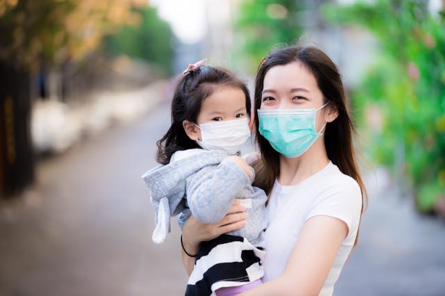 「臺灣2020代表字」票選結果,「疫」字以2萬8,441票獲選。圖為疫情期間,口罩成為日常用品。(Shutterstock)