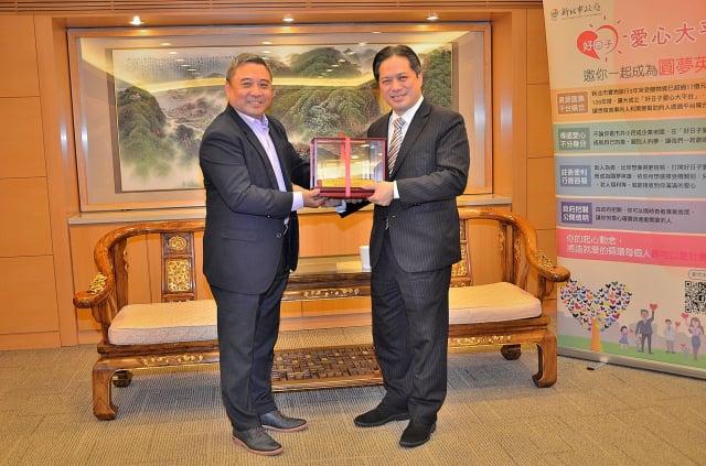 副市長吳明機〈右〉回贈模型車一輛予日電貿集團副董事長李坤蒼〈左〉代表受贈