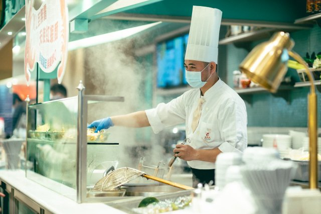 透明隔間廚房讓饕客飽覽「烹飪秀」。 (笠正整合行銷提供)