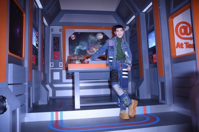 蕭敬騰把自家飲料店打造成太空艙。 (記者黃宗茂/攝影)