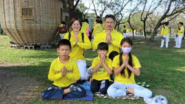 儷芬與先生柏萱,帶著4個孩子來向法輪功創始人李洪志師父拜年。