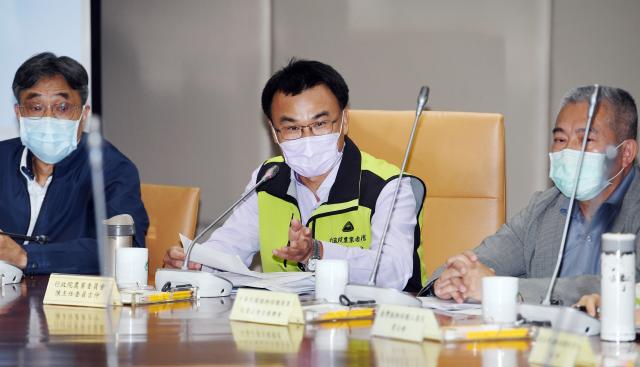 農委會主委陳吉仲(中)表示,全世界糧價,臺灣最穩定。(中央社)