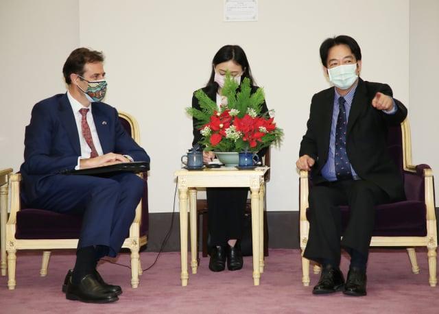 副總統賴清德(右)16日在總統府接見澳洲駐臺代表高戈銳(Gary Cowan)(左),感謝澳洲公開表達支持臺灣參與國際組織。 (中央社)