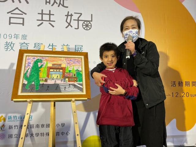 副市長沈慧虹鼓勵香山國小徐益洋分享畫作心得。