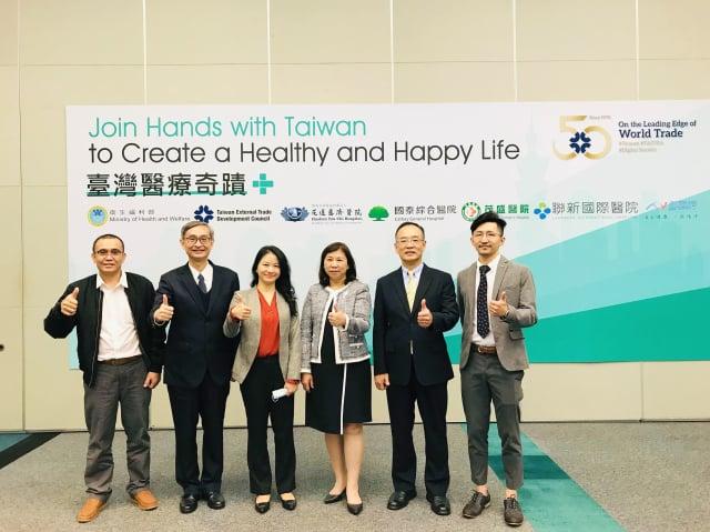 右一為聯新國際醫院腦神經醫學中心醫師盧炳昇。
