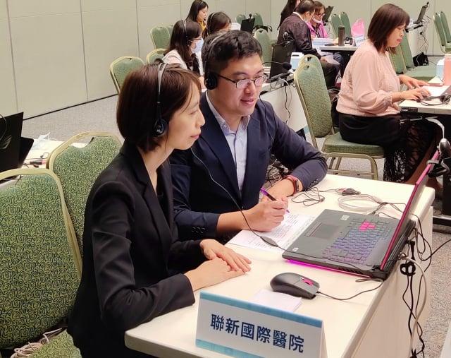 聯新國際醫院國際醫療中心透過視訊與國外業者進行線上洽談。
