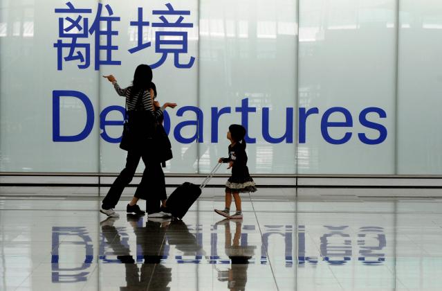 數據顯示,有能力移民的香港中產人士,已由年初時期的計劃階段,發展到坐言起行的地步。(MIKE CLARKE/AFP/Getty Images)