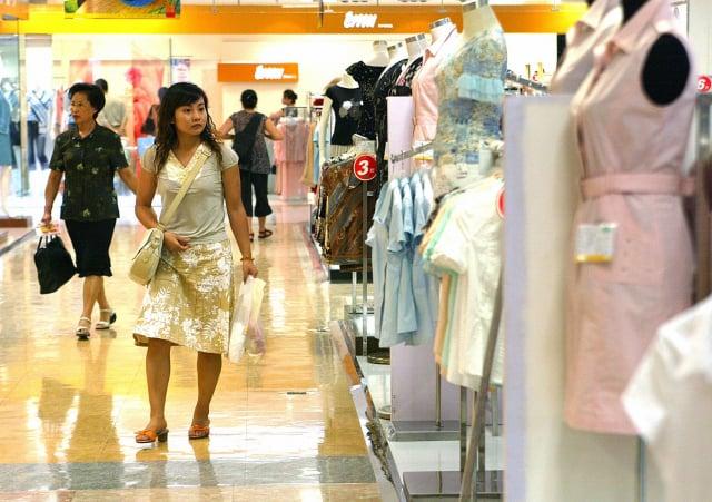 尼爾森此前發布的一份報告顯示,中國有近半年輕人過度舉債。圖為中國一商場。(LIU JIN/AFP via Getty Images)