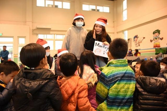 元智大學人文社會學院英語專班到桃園觀音保生國小舉辦「2020聖誕英你而溫暖」聖誕活動。(桃園元智大學提供)