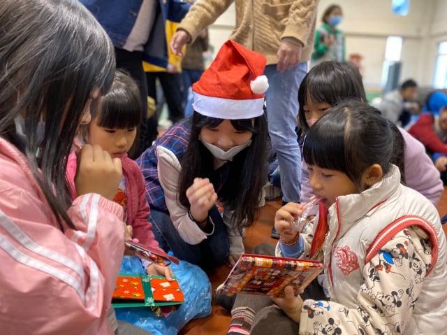 元智大學人文社會學院英語專班到桃園觀音保生國小舉辦「2020聖誕英你而溫暖」聖誕活動。