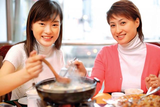 食補是冬季常見的料理,但吃補也得補對時機與體質,確認藥物交互作用與 辨明體質後,再調配適合食用的補品,盡量不要自行選用或購買中藥材補身。(Shutterstock)