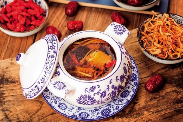 藥食同源是華人社會常見的飲食文化,所以經常會將中藥材添加在膳食或菜餚中。(Shutterstock)