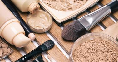 人氣底妝的祕密武器就在於「妝前飾底乳」,控油、保溼、打亮及修飾等步驟都得在妝前完成,才能讓妝效更持久。(Shutterstock)