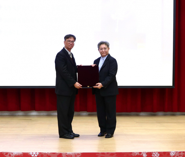 管理學院校友葉廼迪捐款百萬以上獲頒教育部銀質獎牌。