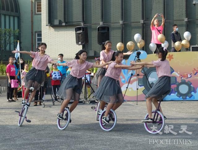 翁園國小獨輪車隊表演。