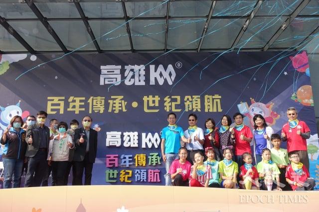 高雄市副市長史哲(左四)、教育局長謝文斌(左二)與7所學校校長和學生,共同完成百年拼圖。