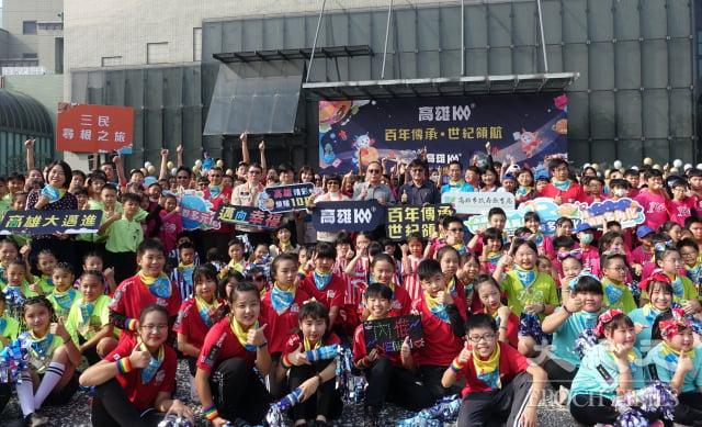 7所百年國小在高雄音樂館廣場以精彩演出,慶祝高雄百年。(記者方金媛/攝影)