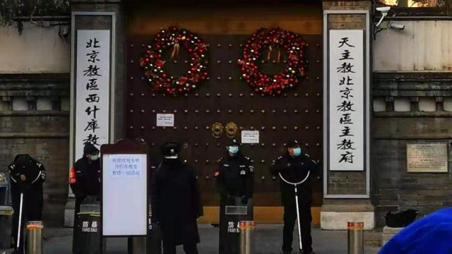12月24日平安夜,網上傳出的照片顯示,北京一所天主教堂,一排手持防暴器械的警察守在門口,一塊告示上寫著「暫停一切活動」。(網路圖片)